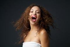 乐趣年轻无忧无虑妇女笑的画象 库存照片