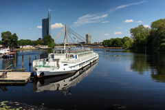 乐趣以里加为背景的河船在春天 免版税库存照片
