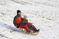 乐趣sledging的冬天 免版税库存照片