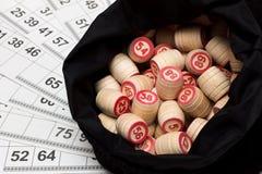 乐透纸牌。 在大袋的木小桶 免版税库存照片