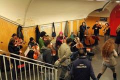 乐队在地铁车站使用在巴黎 图库摄影