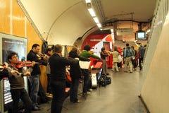 乐队在地铁车站使用在巴黎 免版税库存图片