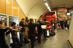 乐队在地铁车站使用在巴黎 库存图片
