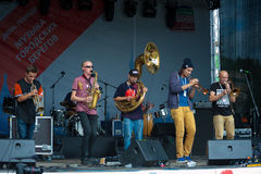 1/2乐队小组执行在Usadba爵士节 库存图片