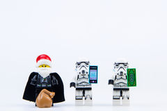 乐高作为圣诞老人穿戴的darth vader给礼物乐高星球大战突击队员 库存照片