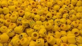 乐高形象许多黄色头  箱子在商店 库存图片