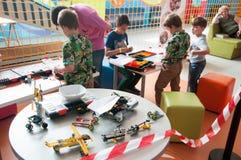 乐高机器人学车间的孩子 免版税库存照片
