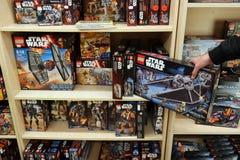 乐高箱子在玩具店 免版税库存照片