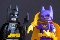 乐高蝙蝠侠电影minifigures - Batgirl和蝙蝠侠-在黑ba 图库摄影