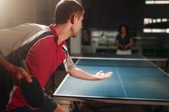 乒乓球、男性球员有球拍的和球 免版税库存照片
