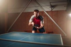 乒乓球、男性球员有球拍的和球 免版税库存图片