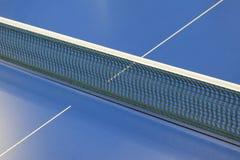 乒乓球和蓝色网球桌的网 免版税库存照片