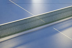 乒乓球和蓝色网球桌的网 图库摄影
