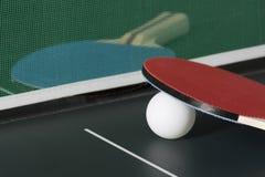 乒乓球在与网,一的表上用浆划出于焦点 免版税图库摄影