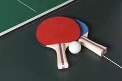 乒乓球在表,两个上用浆划在同样边 库存照片