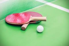 乒乓球或乒乓球球拍和球 库存照片