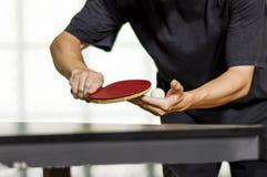乒乓球球员服务 免版税图库摄影