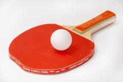 乒乓球球拍和白色球 库存图片