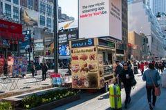 乔・路易斯广场咖啡和早餐在曼哈顿,纽约站立一条拥挤的街 库存图片