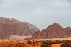 乔丹 2018年5月 瓦地伦峡谷的红色山在约旦离开 免版税图库摄影