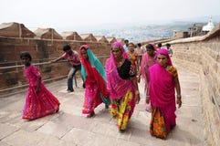 乔德普尔城,印度, 2010年9月10日:印地安家庭,妇女,桃红色莎丽服的走在街道上 库存图片