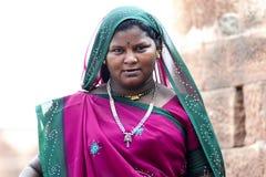 乔德普尔城,印度, 2010年9月10日:年轻印地安妇女画象传统莎丽服的 免版税库存图片