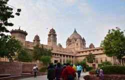 乔德普尔城,印度- 2015年1月1日:人参观Umaid Bhawan宫殿 免版税库存照片
