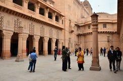 乔德普尔城,印度- 2015年1月1日:人参观Umaid Bhawan宫殿 库存图片