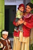 乔德普尔城,印度- 2015年1月1日:印地安骄傲的母亲摆在与她的孩子在乔德普尔城 免版税库存图片