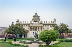 乔德普尔城,印度- 2015年1月1日:旅游参观Jaswant Thada陵墓 免版税库存图片