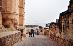 乔德普尔城,印度- 2015年1月1日:旅游参观Mehrangarh堡垒 免版税库存图片