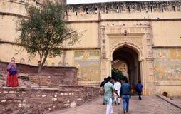乔德普尔城,印度- 2015年1月1日:未认出的人民通过门走在Mehrangarh堡垒 免版税库存图片