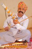 乔德普尔城,拉贾斯坦,印度- 2017年12月17日:一位音乐家的画象有播放traditi的一条精密髭和五颜六色的头巾的 库存照片