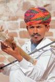 乔德普尔城,拉贾斯坦,印度- 2017年12月17日:一位音乐家的画象有播放一传统instru的一条精密和五颜六色的头巾的 库存图片