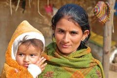 乔德普尔城,拉贾斯坦,印度- 2017年12月16日:一名妇女的画象有她的婴孩的在乔德普尔城附近的一个bishnoi村庄 免版税图库摄影