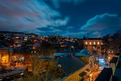 乔治亚,第比利斯- 05 02 2019年 - 夜都市风景视图 移动在天空图象的厚实的云彩 库存照片
