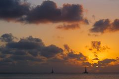 乔治在日落的镇航行小船 免版税库存图片