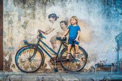 乔治城,槟榔岛,马来西亚- 2018年4月20日:自行车的男孩 自行车的公开街道艺术命名的孩子绘了在wa的3D 免版税库存图片