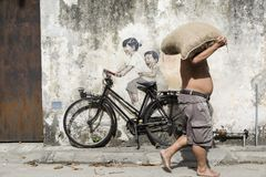 乔治市,槟榔岛,马来西亚, 2017年12月19日:自行车`街道艺术的`小孩 库存照片