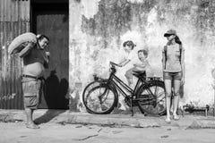 乔治市,槟榔岛,马来西亚, 2017年12月19日:自行车`街道艺术的`小孩 图库摄影