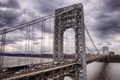 乔治・华盛顿桥梁在多云天空下 库存图片