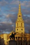 乔治国王雕象剪影在StMartin ` s教会前面的 免版税库存照片