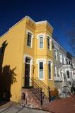 乔治城连栋房屋和蓝天 免版税库存照片