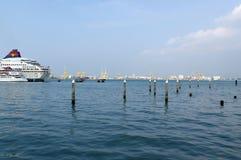 乔治城,槟榔岛,马来西亚- 2016年4月18日 从超级明星线的游轮沿着码头在乔治镇 库存照片