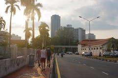 乔治市,槟榔岛,马来西亚- 2016年4月18日:城市街道,格奥尔的,与光足迹和交通标志, Ge的黄昏游人 免版税库存图片