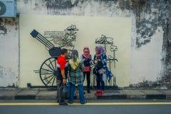 乔治市,马来西亚- 2017年3月10日:支持大炮街道画、街道艺术和铁的未知的回教游人 免版税库存图片