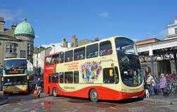 乘从布赖顿驻地,英国的游人一辆双层公共汽车 免版税库存图片