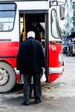 乘公共汽车的老年人在土耳其海边镇 库存图片