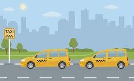 乘出租车与两汽车的汽车停车处在城市背景 免版税库存照片
