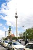 乘出租车中止,并且电信在柏林,德国耸立 库存图片